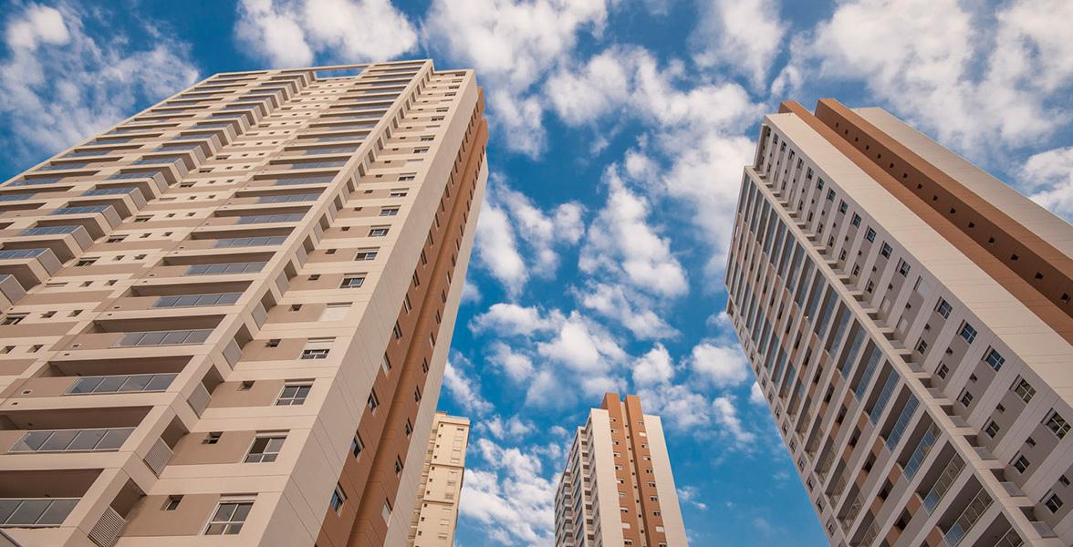 FACHADAS da torre A (à esquerda) e B (à direita) com 30 metros de distância entre elas. A torre C que está mais atrás, não bate de frente para as outras torres e guarda uma distância ainda maior de 40 metros.