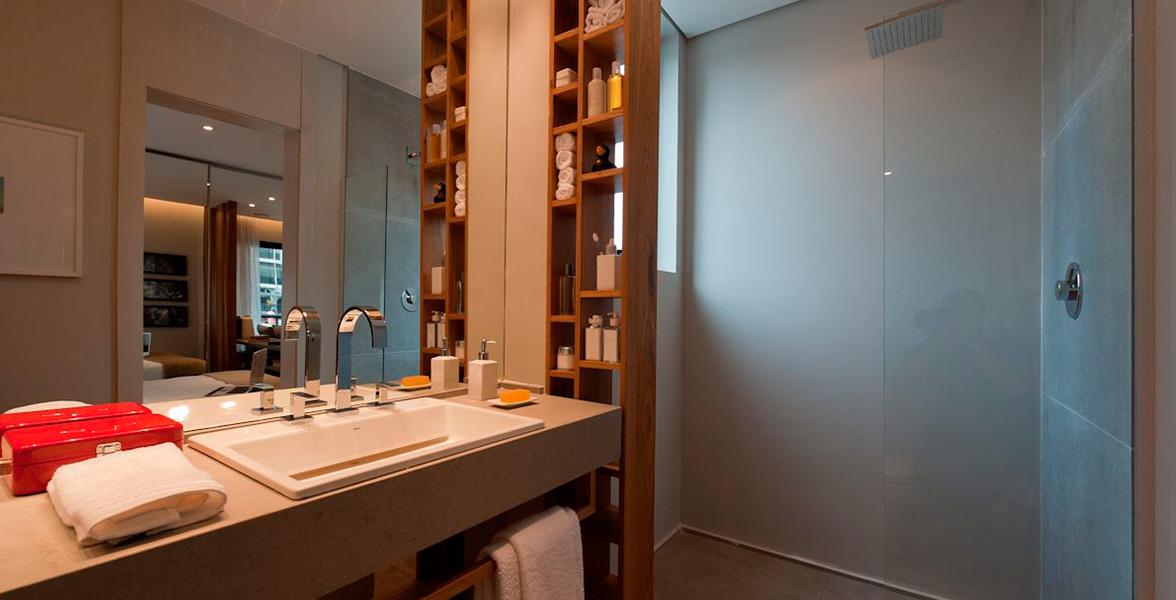 BANHEIRO DA SUÍTE do apto de 67 m² com alto padrão de acabamento, que pode ser escolhido durante a obra, através da personalização do Limited Funchal