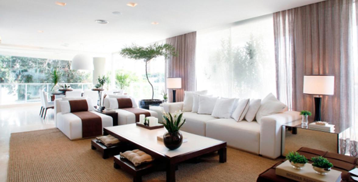 LIVING AMPLIADO do apto de 210 m² integrado ao terraço em L, que proporciona iluminação em todo o living. Há infraestrutura de aspiração central, assim é possível manter limpo este amplo espaço com maior praticidade.