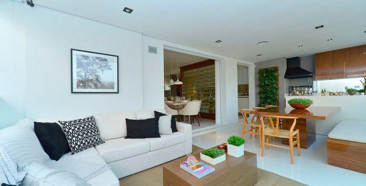 TERRAÇO GOURMET do apto de 151 m², integrado ao living e à cozinha, com guarda-corpo de vidro e opção de churrasqueira.