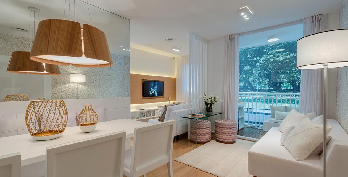 SALA AMPLIADA do apto de 62 m² unindo sala de jantar, de TV e de estar, integrada à varanda, com portas de vidro com pintura eletrostática, para proteção do alumínio e resistência aos raios solares.