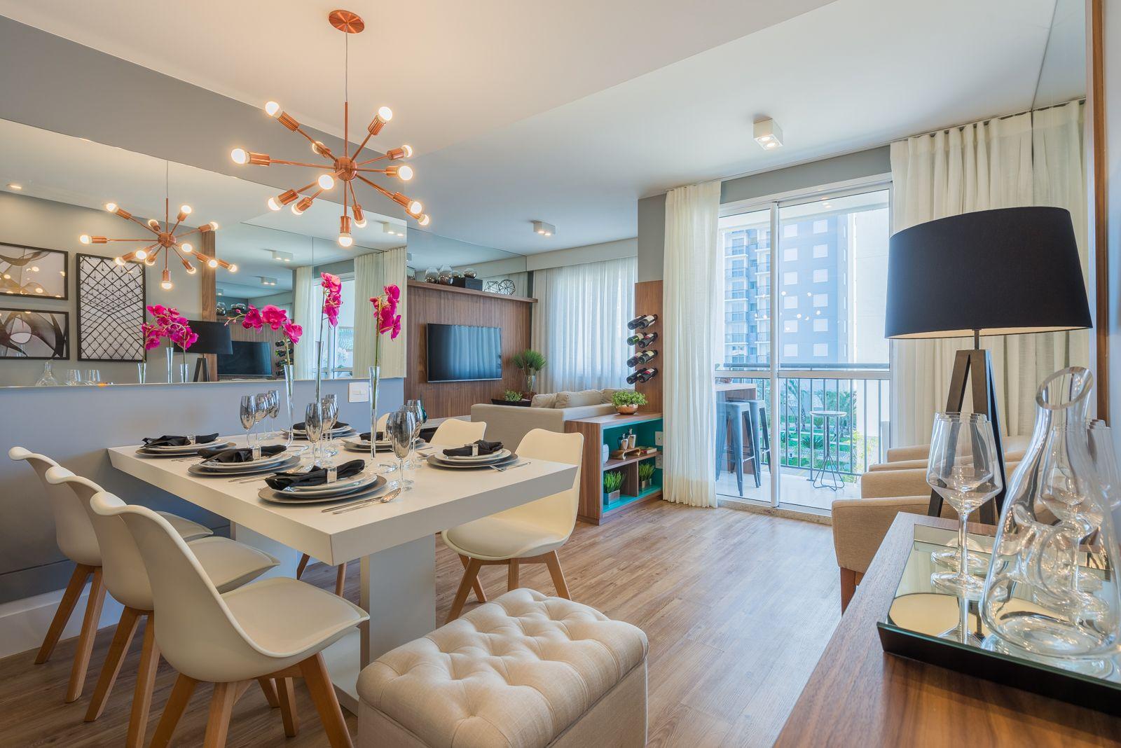LIVING AMPLIADO do apto de 60 m², bastante iluminado devido às grandes janelas.