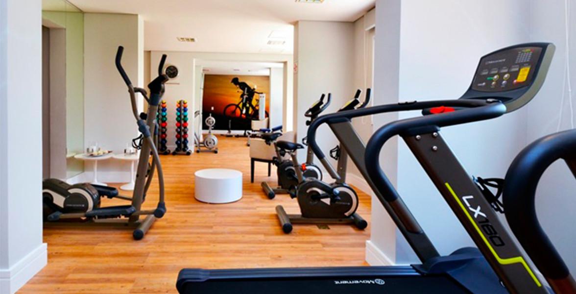 FITNESS com equipamentos para musculação e exercícios aeróbicos.