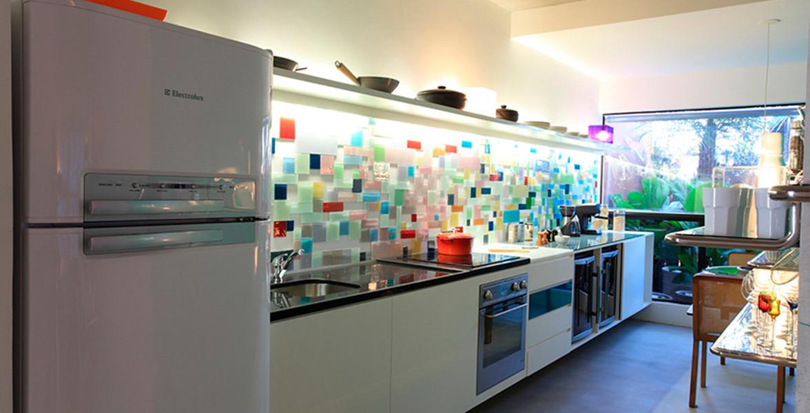 DECORADO Ovo. Cozinha tem a MaxCuba, de aço inox com misturador GROHE, chuveiro extraível e controle da temperatura integrado do MaxHaus Berrini