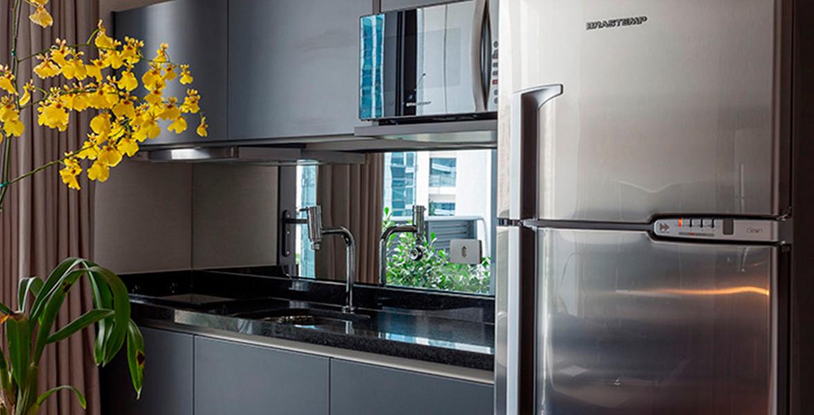 COZINHA do apto de 35 m² com luxuosa sugestão de decoração com armários Ornare.