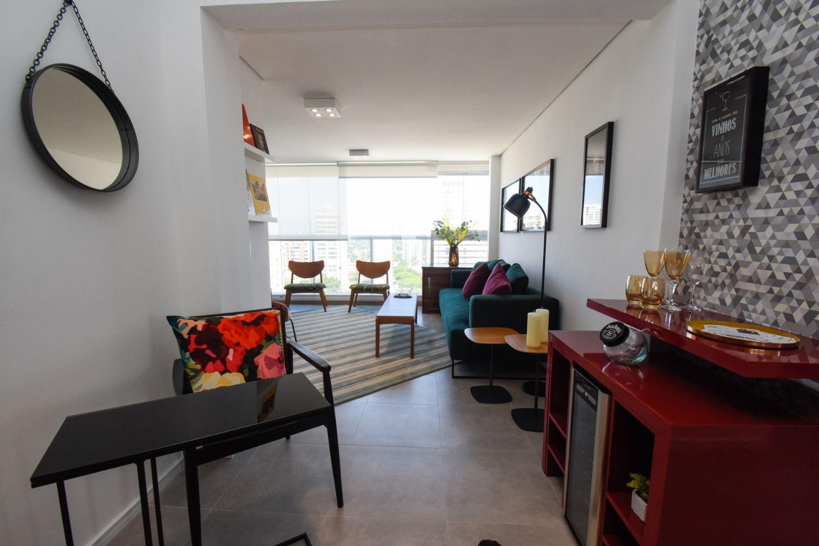 LIVING do apto de 70 m² com amplas janelas com persiana de enrolar, que permitem maior entrada (e blackout) de luz natural.