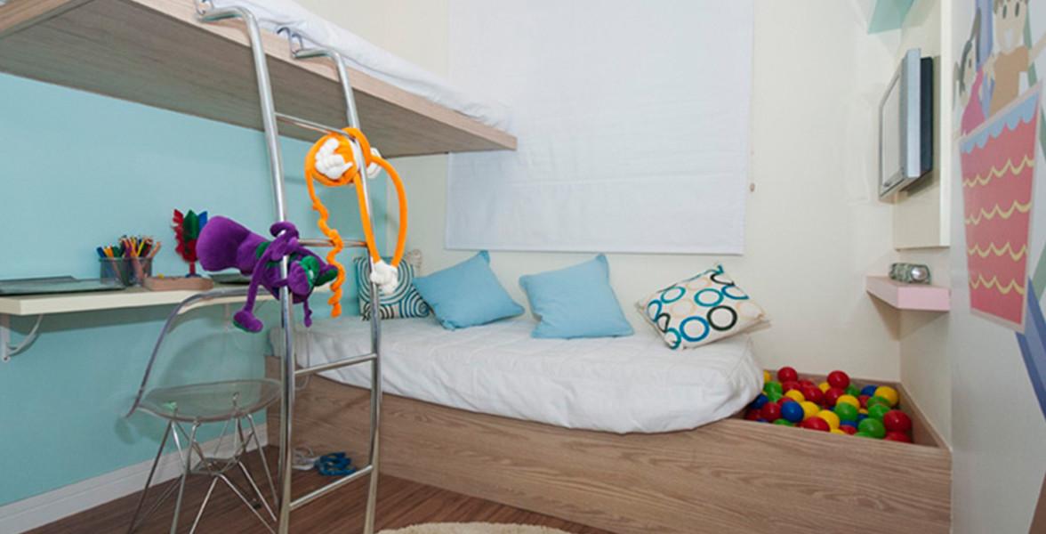 QUARTO INFANTIL com espaço suficiente para 2 crianças e mesa de estudos.