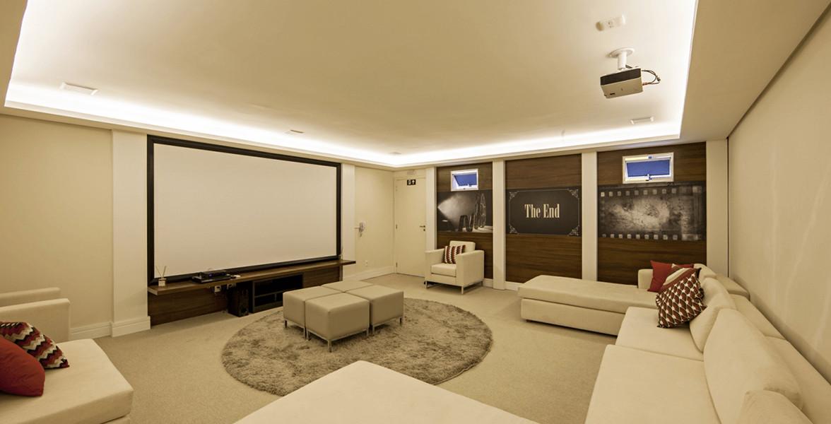 CINEMA com amplo telão, projetor e bastante espaço para a sessão pipoca com os amigos.