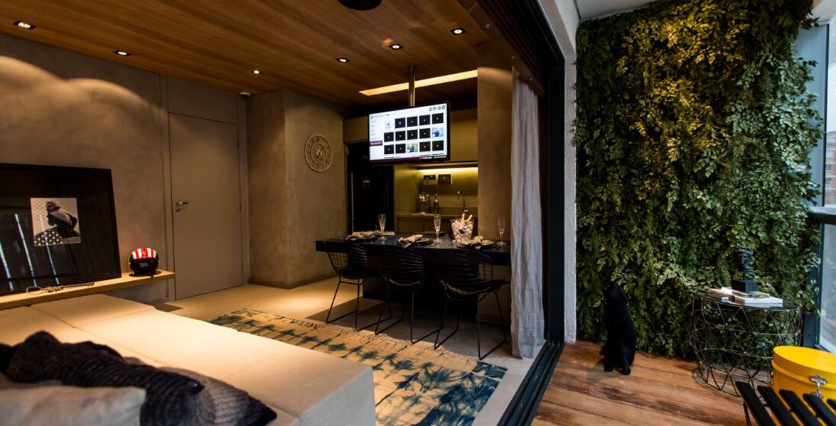 VARANDA do apto de 48 m² com amplas portas de vidro de ponta a ponta, permitindo maior entrada de luz.