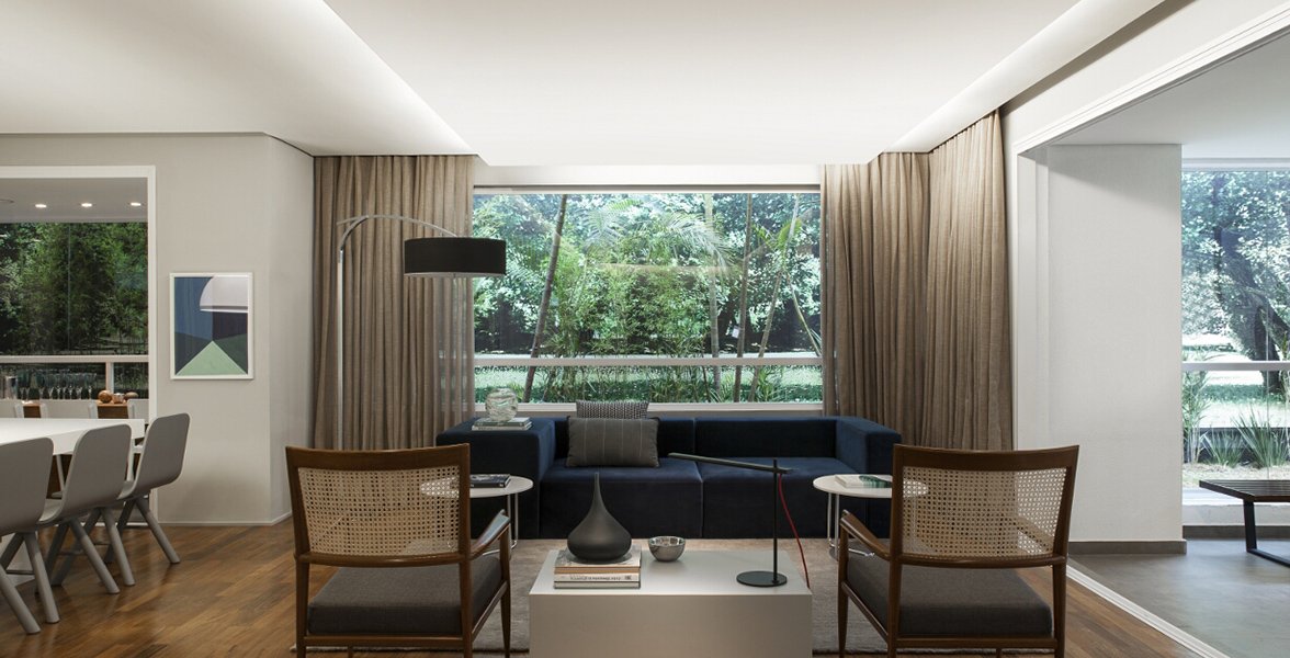 SALA DE ESTAR do apto de 225 m² integrada ao terraço social e com ampla janela de vidro piso-teto na parte posterior, deixando o apto mais sofisticado e ampliando as vistas do Blue Note Brooklin
