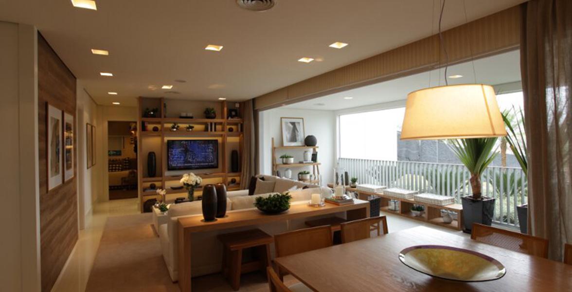 LIVING AMPLIADO do apto de 132 m² com 7,8 metros de boca de sala, quase que inteiramente integrada à varanda, sem colunas intermediárias.