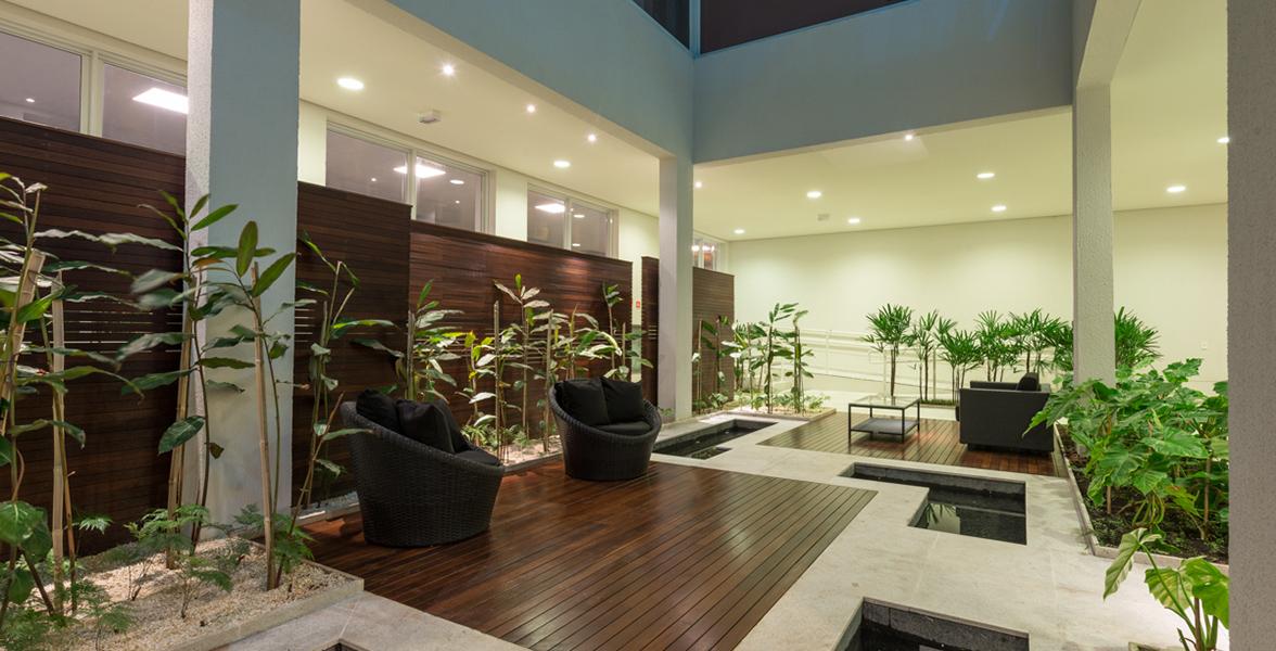 HALL SOCIAL com pelo paisagimo projetado por EKF Arquitetura de Exteriores, dá acesso aos 5 elevadores sociais.