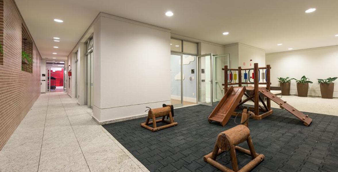 PLAYGROUND com piso emborrachado e reciclado, atendendo às exigências de sustentabilidade do Processo Aqua.