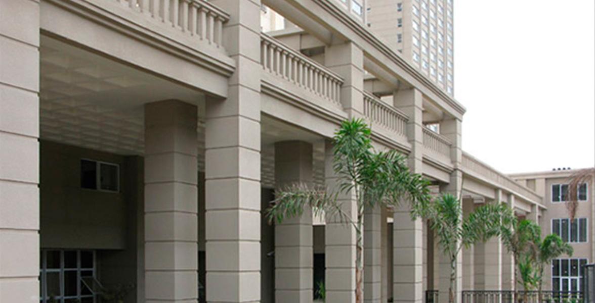TÉRREO com alto pé-direito conferindo sofisticação ao projeto arquitetônico, assinado por Pablo Slemenson.