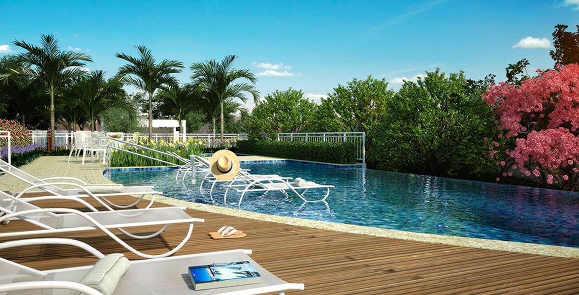 PISCINA ADULTO com deck molhado, piscina infantil e solarium sob deck de madeira.