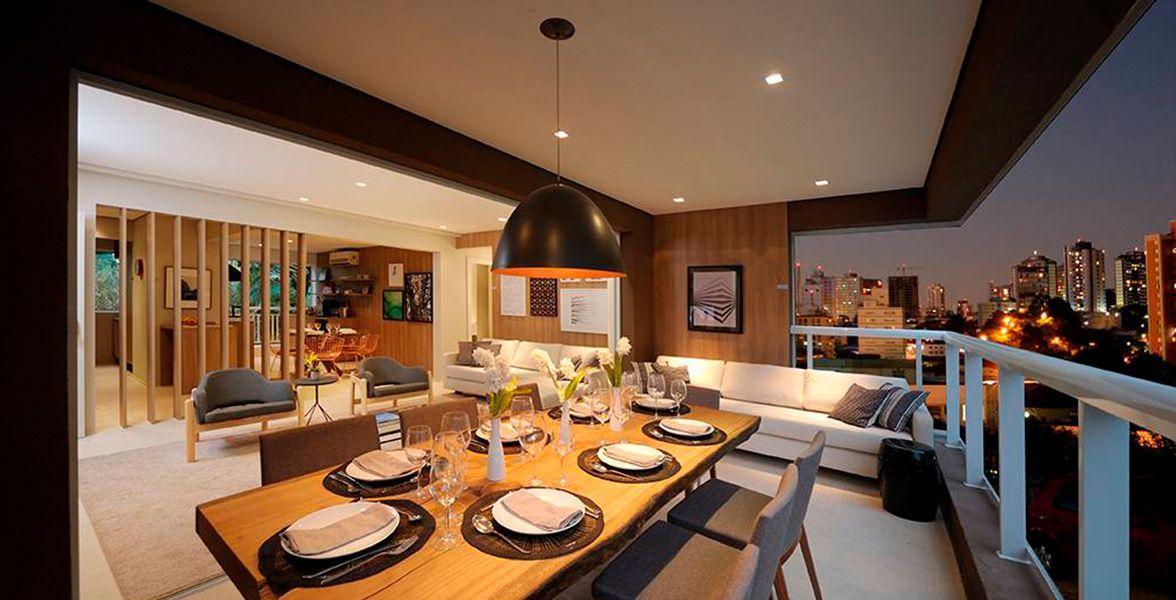 TERRAÇO do apto de 115 m² com ampla área social para você receber bem! Mesa de jantar com espaço para 8 lugares, integrada ao living.