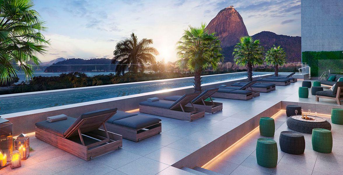 LOUNGE da piscina adulto com solarium e amplos vidros, proporcionando belíssima vista panorâmica do Pão de Açucar.