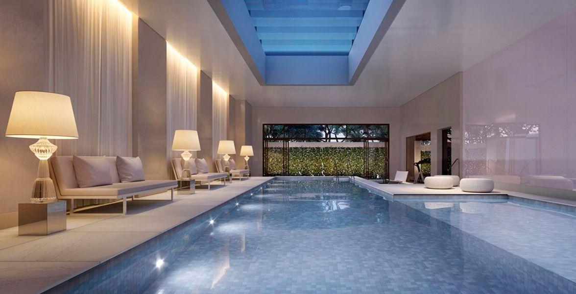 PISCINA coberta e aquecida com 120 m², pé-direito com 3,25 metros e cobertura com vidros para receber iluminação natural.