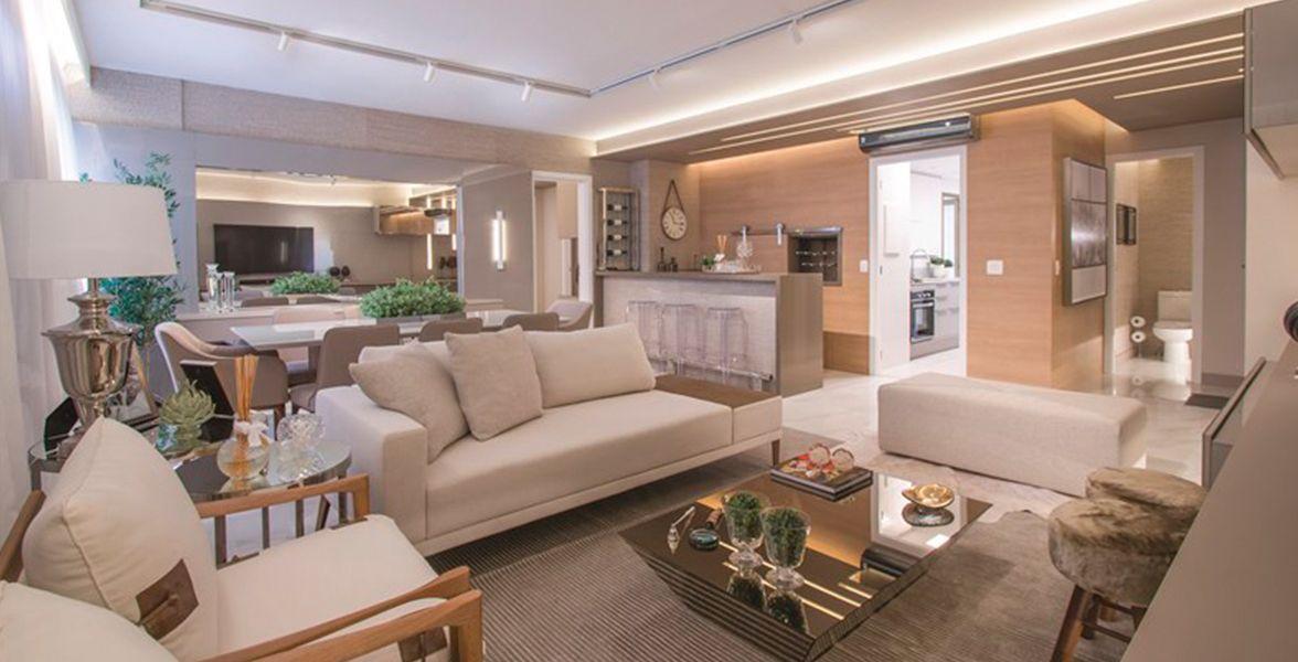 LIVING do apto decorado de 121 m² com lareira, espaço gourmet com adega e churrasqueira, infra para ar-condicionado e lavabo.
