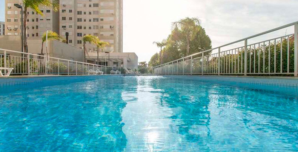 PISCINA ADULTO com solarium, ao lado da piscina infantil, proporcionando momentos de diversão para toda família.