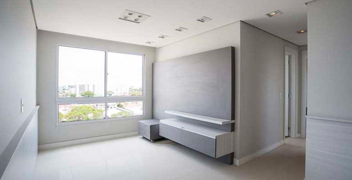 LIVING do apto decorado conceito com mais de 5 metros de sala, amplas janelas proporcionando melhor iluminação e ventilação natural.