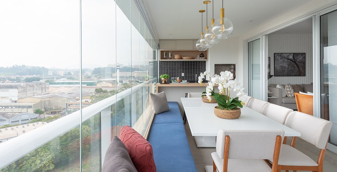 TERRAÇO gourmet do apto de 134 m² com guarda-corpo em vidro e alumínio com espaço para 20 lugares.