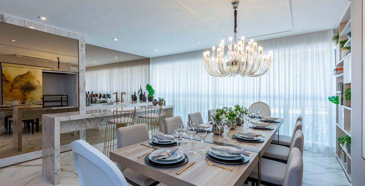 TERRAÇO gourmet com churrasqueira do apto de 160 m² com mais de 12 metros de frente. Ampla área social, com espaço para mesa de até 10 lugares!