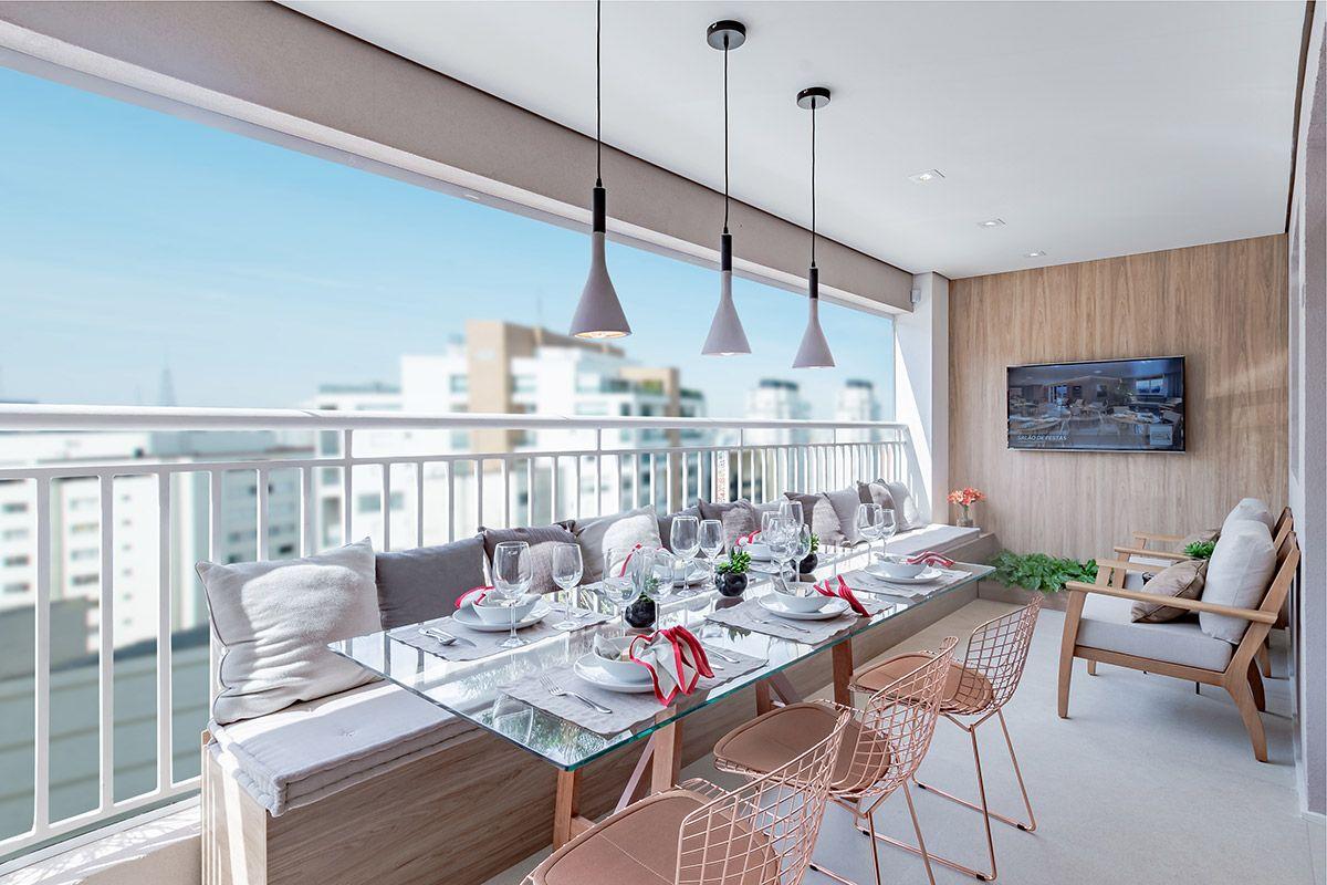 TERRAÇO gourmet do apto de 129 m². Conta com espaço para 10 lugares, churrasqueira a carvão e bancada de apoio do Absoluto Tatuapé