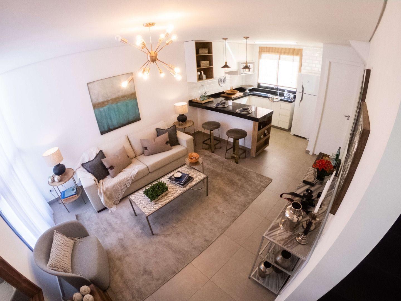 LIVING E COZINHA com piso em porcelanato e previsão para ar-condicionado. A integração desses ambientes garante uma área social fluida.