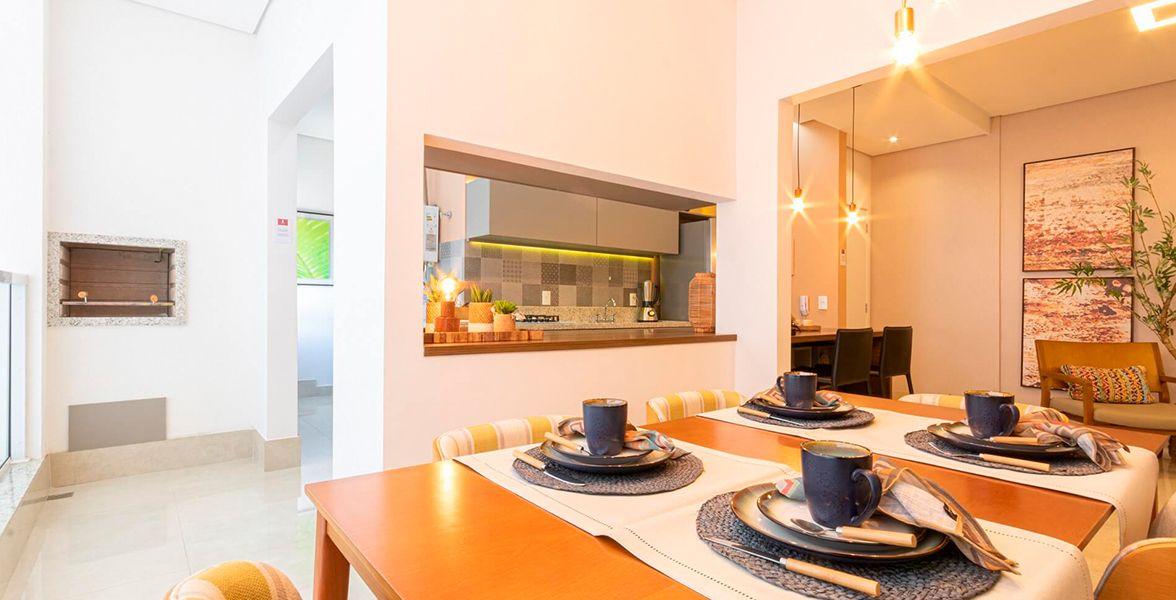 VARANDA GOURMET do apto de 87 m² que faz integração com o living, possui conexão com a cozinha e ponto para TV. Destaque para a churrasqueira a carvão, entregue com acabamento em granito polido e grelha em aço inox.