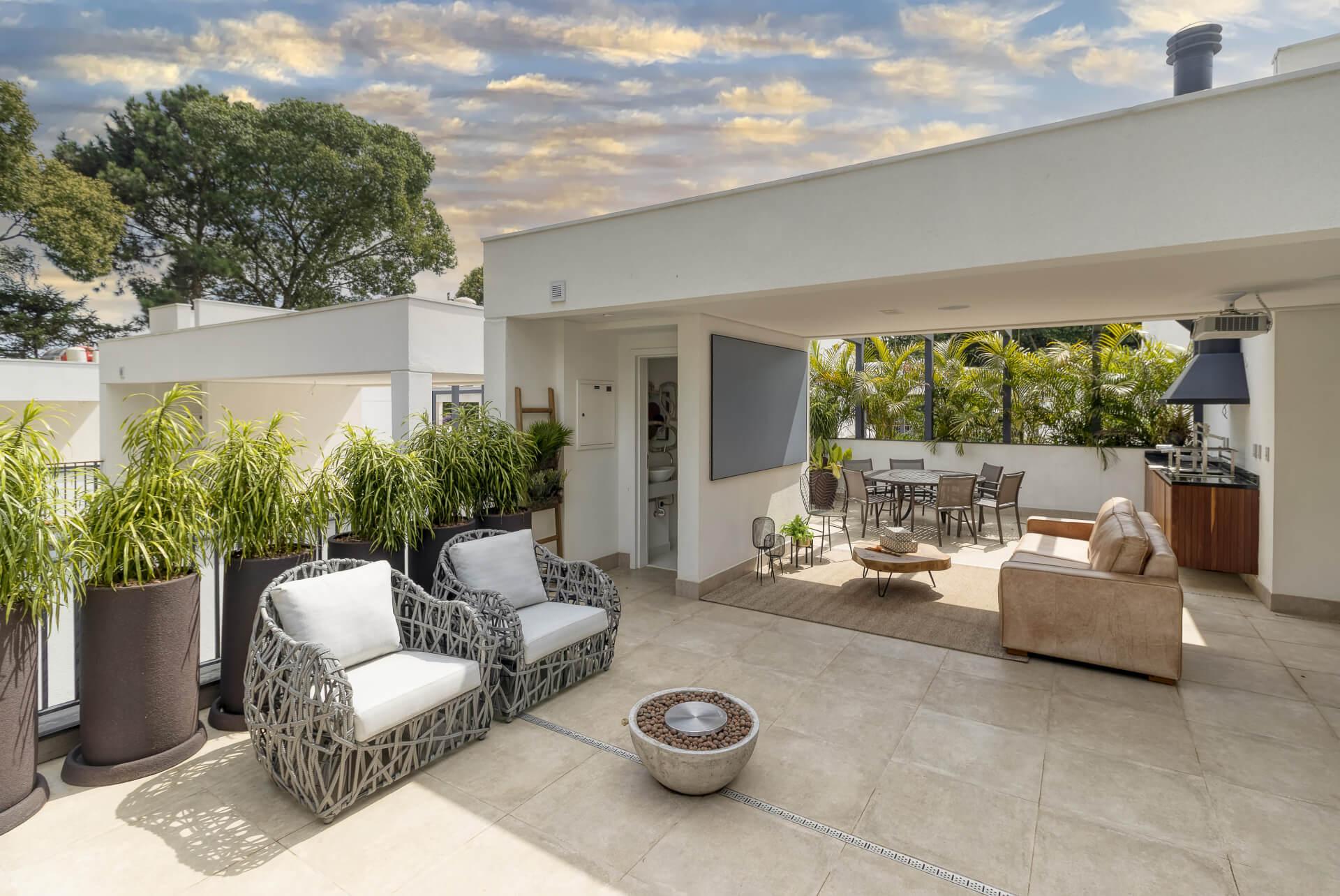 ROOFTOP com sugestão de uso para terraço gourmet e espaço cinema. O piso e parede neutros conversam com o verde do paisagismo, criando um ambiente contemporâneo e aconchegante.