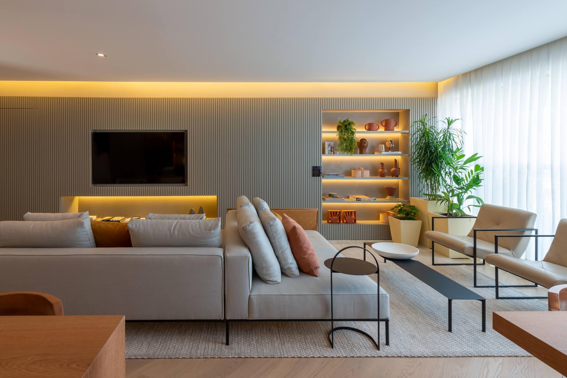 LIVING do apto de 140 m² integrado à varanda, com sugestão de mobiliários criando diferentes ambientes de estar.