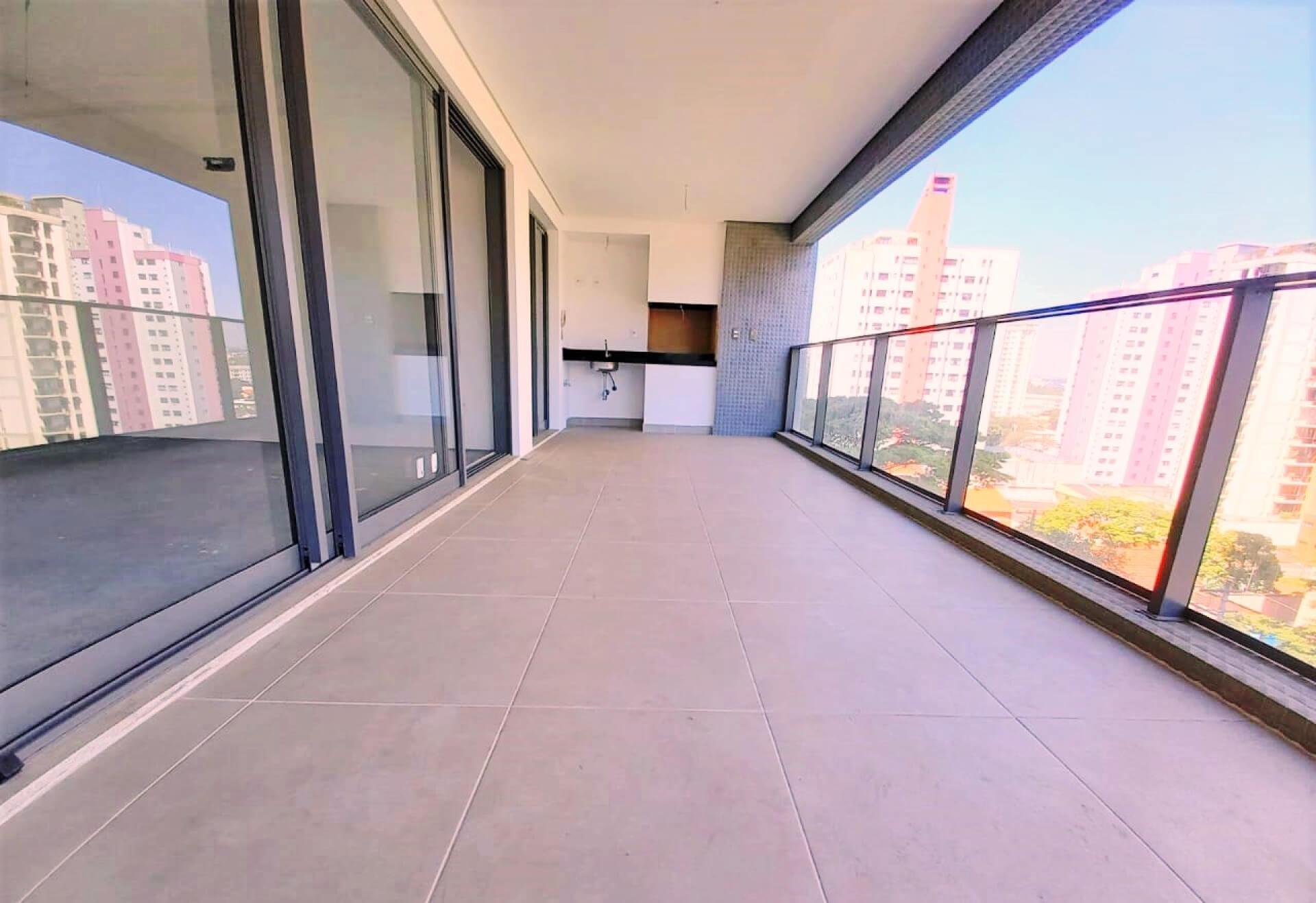 TERRAÇO GOURMET do apto de 155 m² com guarda-corpo em vidro que permite visão para o Parque Celso Daniel e para o horizonte do bairro Jardim.