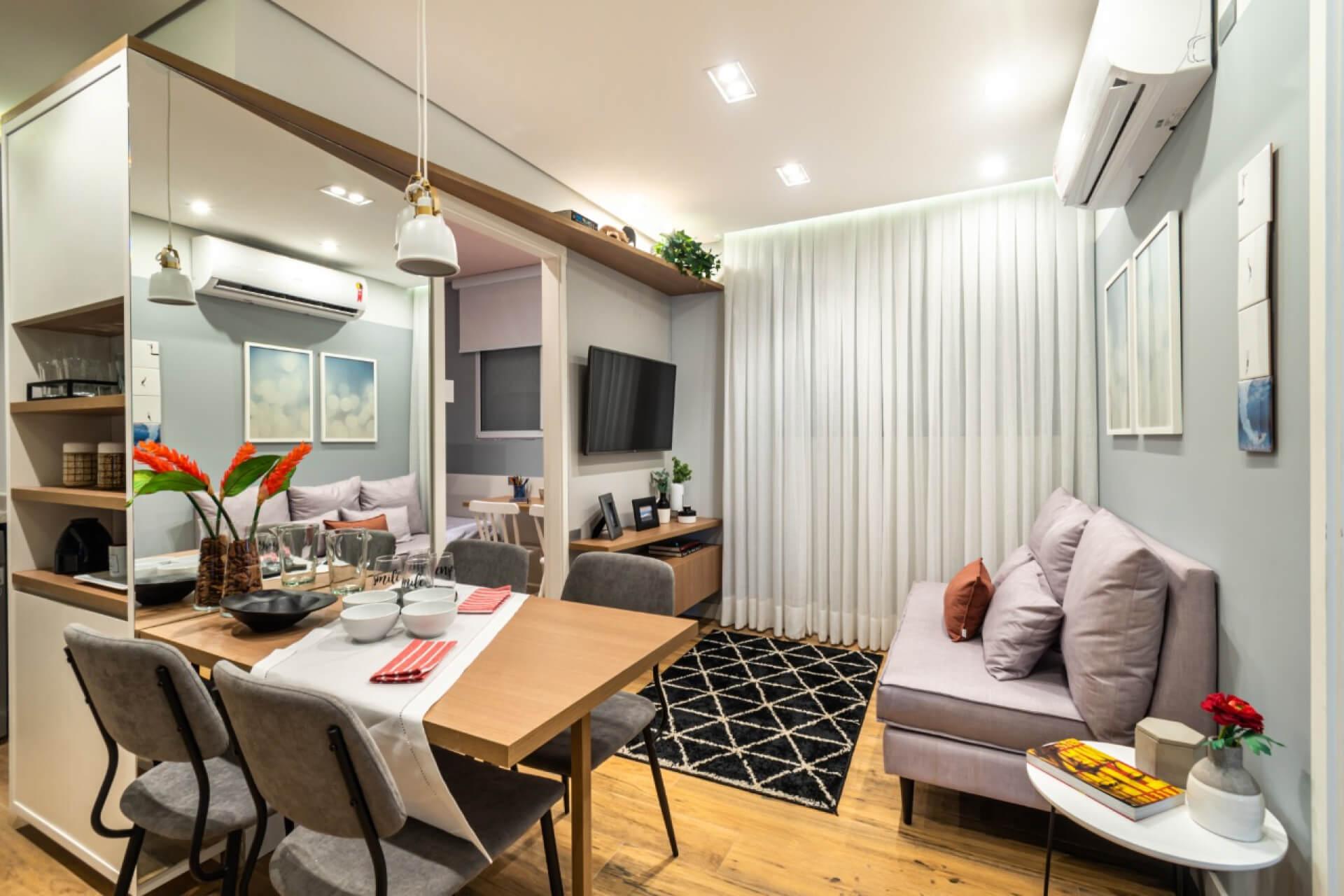 SALA centralizada na planta do apto de 35 m², um ambiente de convívio com espaço de estar e jantar integrados.