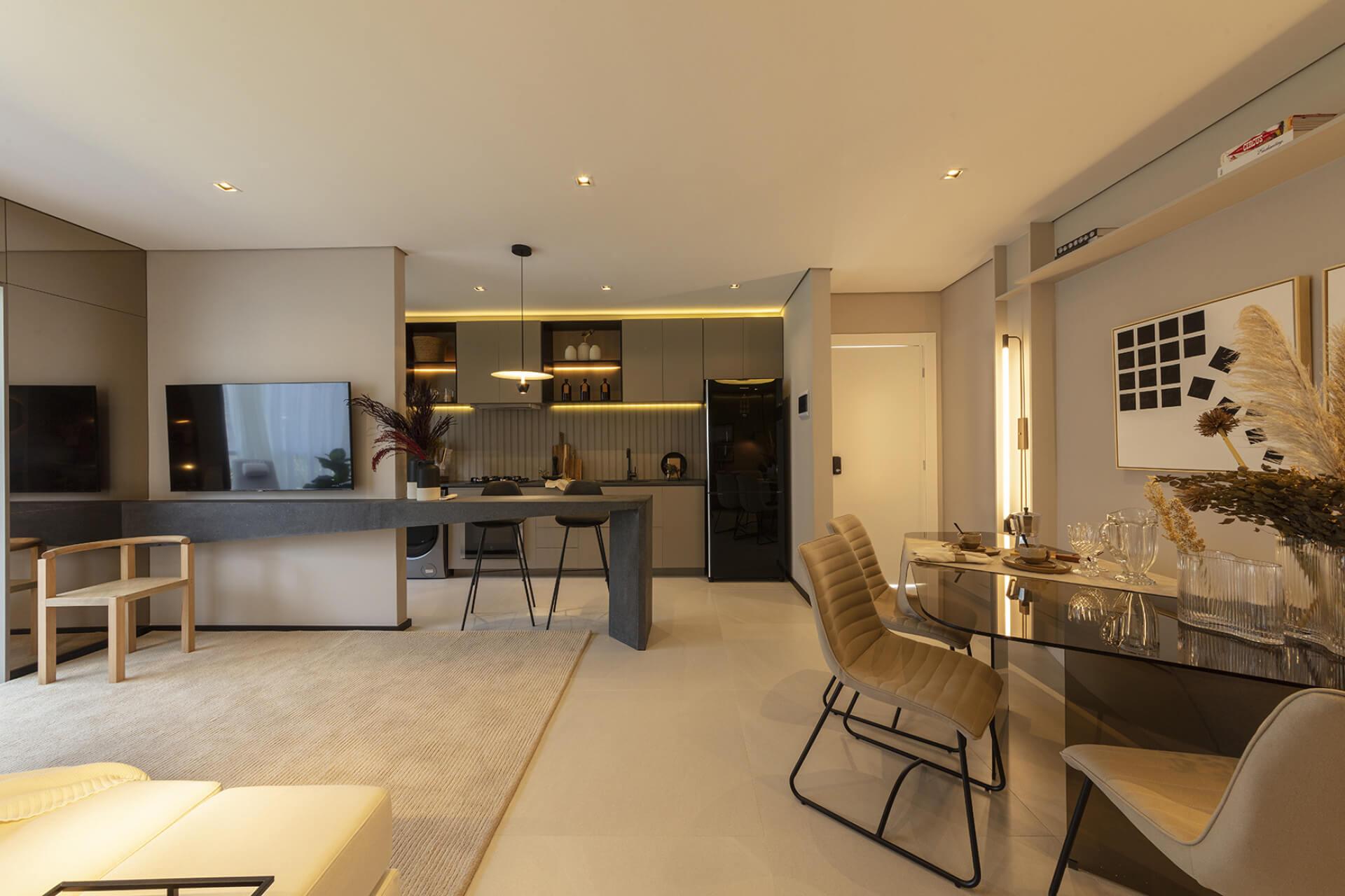 LIVING do apto de 90 m² integrando salas de estar e jantar à cozinha, com todos os espaços conectados uma fluidez entre os ambientes é criada, proporcionando uma área que favorece a conversa e recebe bem seus convidados.